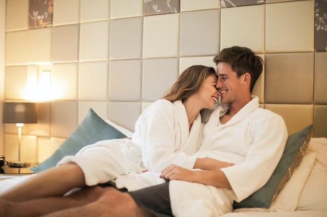 Cuplu fericit cu zambetul pe buze