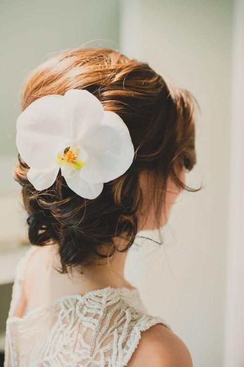 Coafura de nunta cu flori si coc