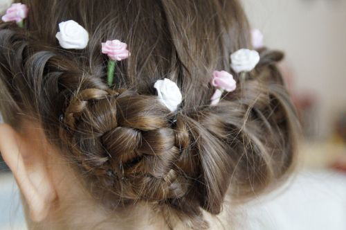 Coafura lejera de nunta cu flori